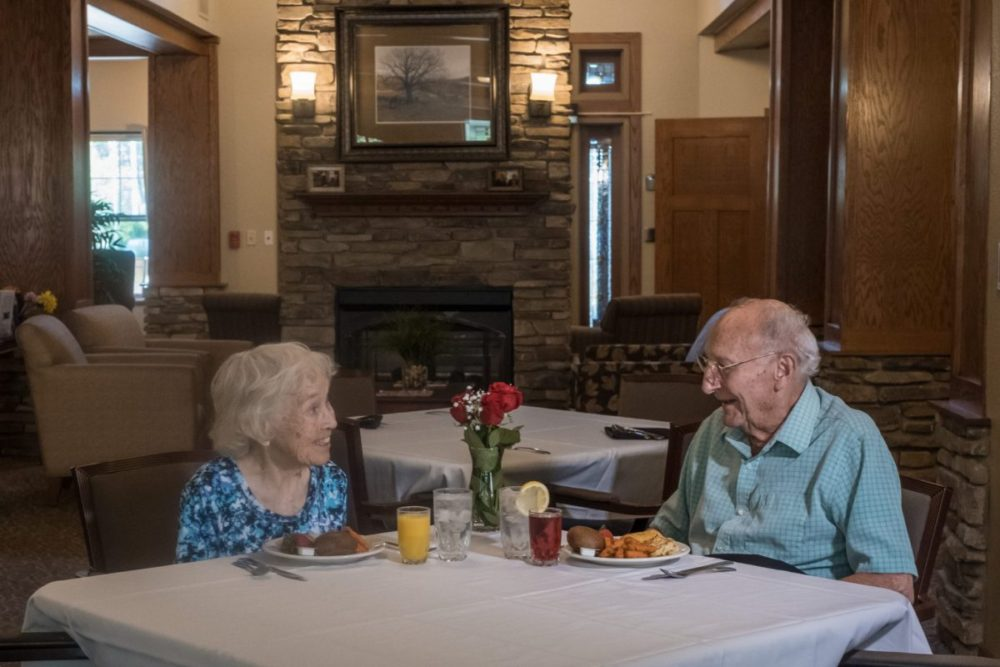 A couple enjoys dinner in the dinning hall at Heritage Monona.
